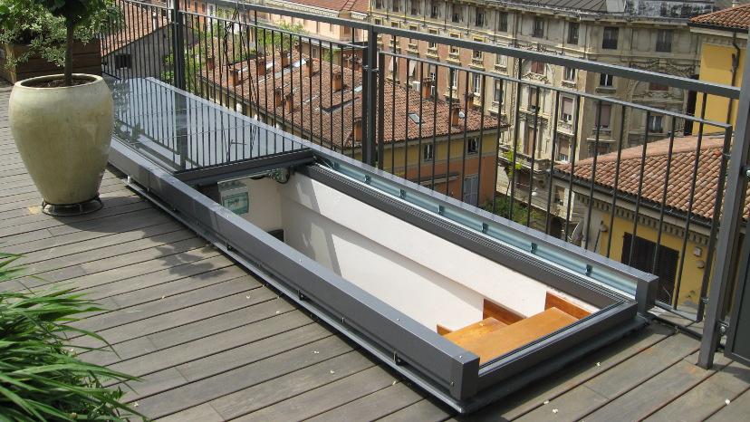 Lucernario scorrevole motorizzato per accesso al terrazzo (Bologna centro)